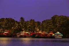 Los barcos de reclinación del lado del río imágenes de archivo libres de regalías