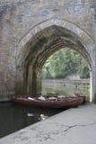 Los barcos debajo de la arcada en el río llevan, ciudad de Durham Fotografía de archivo