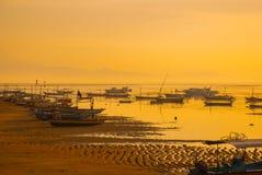 Los barcos del Balinese en Sanur varan por la mañana en el amanecer, Bali, Indonesia Imágenes de archivo libres de regalías