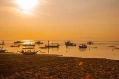 Los barcos del Balinese en Sanur varan por la mañana en el amanecer, Bali, Indonesia Foto de archivo