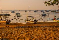 Los barcos del Balinese en Sanur varan por la mañana en el amanecer, Bali, Indonesia Fotos de archivo