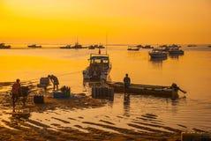 Los barcos del Balinese en Sanur varan por la mañana en el amanecer, Bali, Indonesia Pescadores Imágenes de archivo libres de regalías
