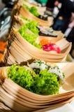 Los barcos del sushi con verde adornan Imágenes de archivo libres de regalías