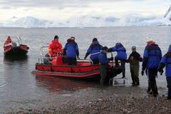 Los barcos del zodiaco balsean a pasajeros para apuntalar durante una travesía de la Navidad Foto de archivo libre de regalías