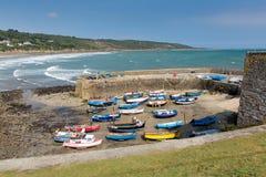 Los barcos en Coverack abrigan el pueblo pesquero costero BRITÁNICO de Cornualles Inglaterra en la costa Inglaterra del oeste del Fotos de archivo