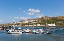 Los barcos en el puerto británico de Mallaig Escocia del puerto en la costa oeste de las montañas escocesas acercan a la isla de  Fotografía de archivo libre de regalías