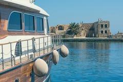 Los barcos en el puerto veneciano viejo de la ciudad de Chania Isla de Crete Grecia imagenes de archivo