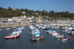 Los barcos en Lyme Regis todavía abrigan Dorset Inglaterra Reino Unido con los barcos en un día hermoso de la calma en la costa j Foto de archivo
