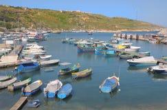 Los barcos en Mgarr viran hacia el lado de babor en Gozo, Malta Imagen de archivo
