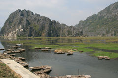 Los barcos fueron amarrados en el borde de un lago en el campo cerca de Hanoi (Vietnam) Imágenes de archivo libres de regalías