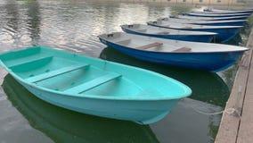 Los barcos lindos est?n balanceando en el agua verde metrajes