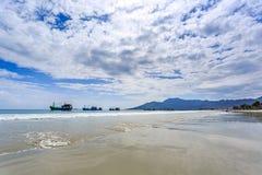 Los barcos locales en la mañana en doc. Let varan, Vietnam imágenes de archivo libres de regalías