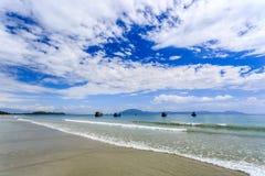 Los barcos locales en la mañana en doc. Let varan, Vietnam imagenes de archivo