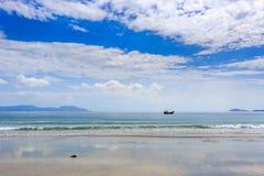 Los barcos locales en la mañana en doc. Let varan, Vietnam imagen de archivo