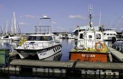 Los barcos oficiales amarraron en el topo del yate de Durban Imagenes de archivo