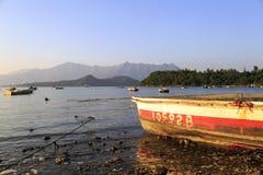 Los barcos parqueados en una playa de piedra Fotografía de archivo
