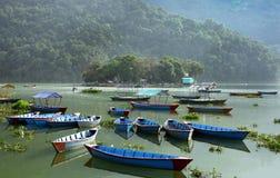 Los barcos parquearon en el lago Phewa de Pokhara Imagen de archivo libre de regalías