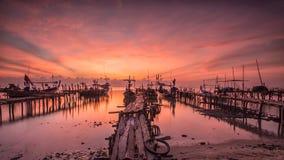 Los barcos parquearon en una playa arenosa en la puesta del sol Imágenes de archivo libres de regalías