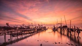 Los barcos parquearon en una playa arenosa en la puesta del sol Fotografía de archivo libre de regalías