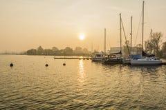 Los barcos por la mañana amarraron en el lago Foto de archivo