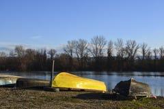 Los barcos pusieron encima de al revés por el río - finales de la estación Fotografía de archivo
