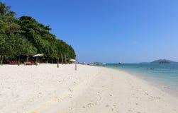 Los barcos que esperaban a clientes en sonaron la playa de la isla de yai Foto de archivo