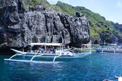 Los barcos que llevan a turistas en las islas abandonadas acercan al EL Nido Filipinas Fotografía de archivo