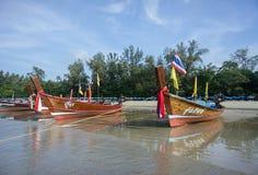Los barcos tailandeses se colocan por la mañana en la playa Foto de archivo libre de regalías