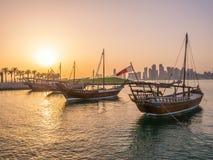 Los barcos tradicionales llamados Dhows se anclan en el puerto Foto de archivo libre de regalías