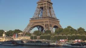 Los barcos turísticos colocaron en río Sena en París cerca de turistas de la espera de la torre Eiffel