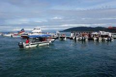 Los barcos turísticos en el embarcadero Jesselton señalan, Kota Kinabalu Foto de archivo
