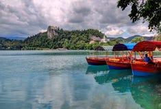 Los barcos turísticos en el primero plano, isla sangrada están en el backgroun Fotografía de archivo
