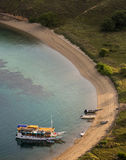 Los barcos turísticos están parqueando en la playa vacía Fotografía de archivo libre de regalías
