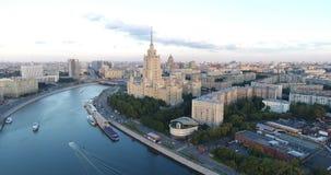 Los barcos turísticos flotan en el río de Moskva en Moscú almacen de metraje de vídeo