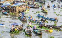 Los barcos venden mercancías en el río en el mercado flotante de Nga Nam Fotografía de archivo
