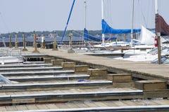 Los barcos y el barco se desliza en un lago Fotos de archivo libres de regalías