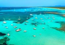 Los barcos y el lujo navega en el mar transparente en la salida del sol Imagen de archivo