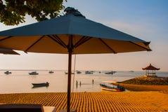 Los barcos y el pabellón del Balinese en Sanur varan por la mañana en el amanecer, Bali, Indonesia Fotos de archivo libres de regalías