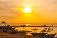 Los barcos y el pabellón tradicionales del Balinese en Sanur varan por la mañana en el amanecer, Bali, Indonesia Fotografía de archivo