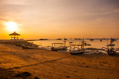 Los barcos y el pabellón tradicionales del Balinese en Sanur varan por la mañana en el amanecer, Bali, Indonesia Imagenes de archivo