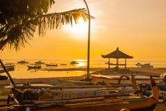 Los barcos y el pabellón tradicionales del Balinese en Sanur varan por la mañana en el amanecer, Bali, Indonesia Fotos de archivo libres de regalías