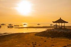 Los barcos y el pabellón tradicionales del Balinese en Sanur varan por la mañana en el amanecer, Bali, Indonesia Fotografía de archivo libre de regalías