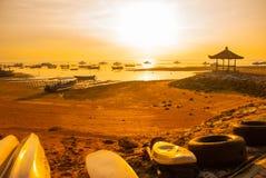 Los barcos y el pabellón tradicionales del Balinese en Sanur varan por la mañana en el amanecer, Bali, Indonesia Foto de archivo