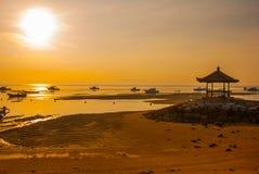 Los barcos y el pabellón tradicionales del Balinese en Sanur varan por la mañana en el amanecer, Bali, Indonesia Imagen de archivo libre de regalías