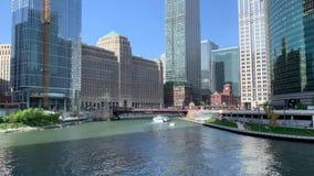 Los barcos y los kajaks montan recreativo en el r?o Chicago mientras que los peatones caminan el riverwalk metrajes