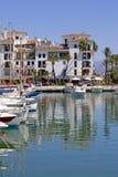 Los barcos y los yates amarraron en el acceso de Duquesa en España en la costa de Fotos de archivo libres de regalías