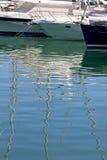 Los barcos y los yates amarraron en el acceso de Duquesa en España en la costa de Foto de archivo