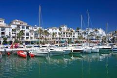 Los barcos y los yates amarraron en el acceso de Duquesa en España en la costa de imagen de archivo libre de regalías
