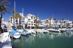 Los barcos y los yates amarraron en el acceso de Duquesa en España en la costa de Imagenes de archivo