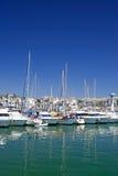 Los barcos y los yates de lujo altos amarraron en el acceso de Duquesa en España encendido Foto de archivo